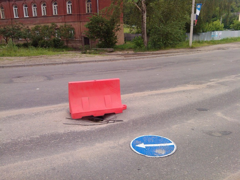 На набережной в Смоленске провалился асфальт