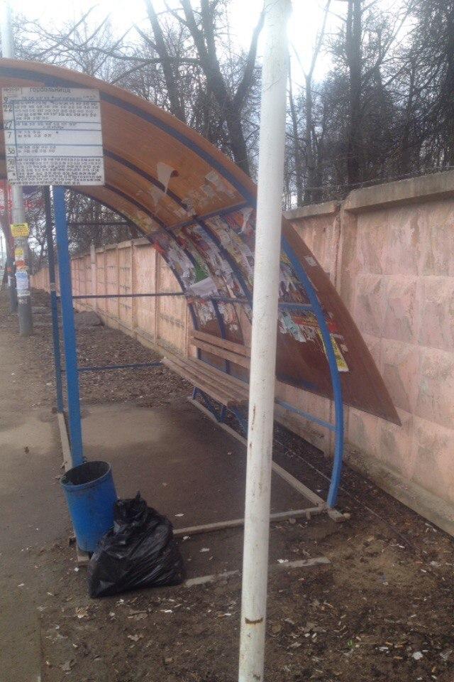 Также были установлены два остановочных павильона (по 800 тысяч рублей каждый) на площади Победы, которые не оправдали возложенных на них надежд, а оказались еще бесполезнее, чем их предшественники.