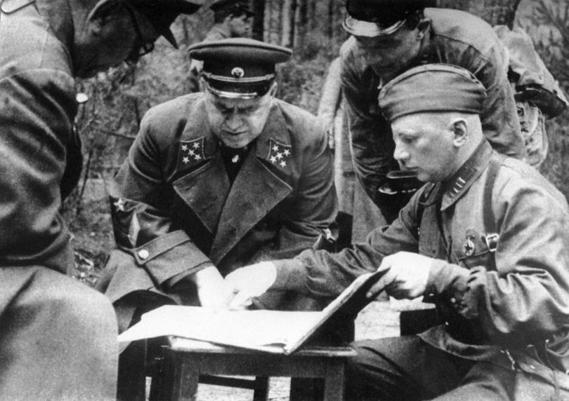 Ельнинская наступательная операция это первый успех Красной армии в боях с Вермахтом. Проходила эта операция с 30 августа по 8 сентября. Цель операции — ликвидация Ельнинского выступа, который являлся удобным плацдармом для наступления на Москву. Ельнинский выступ образовался в середине июля в результате прорыва 2 танковой группы Вермахта южнее Смоленска и овладения ею 19 июля г.Ельня.