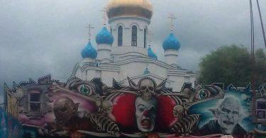 на фоне смоленской церскви разместили изображения демонов