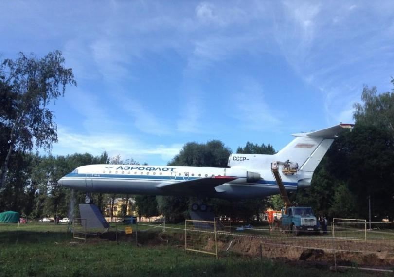 памятник самолету в смоленске