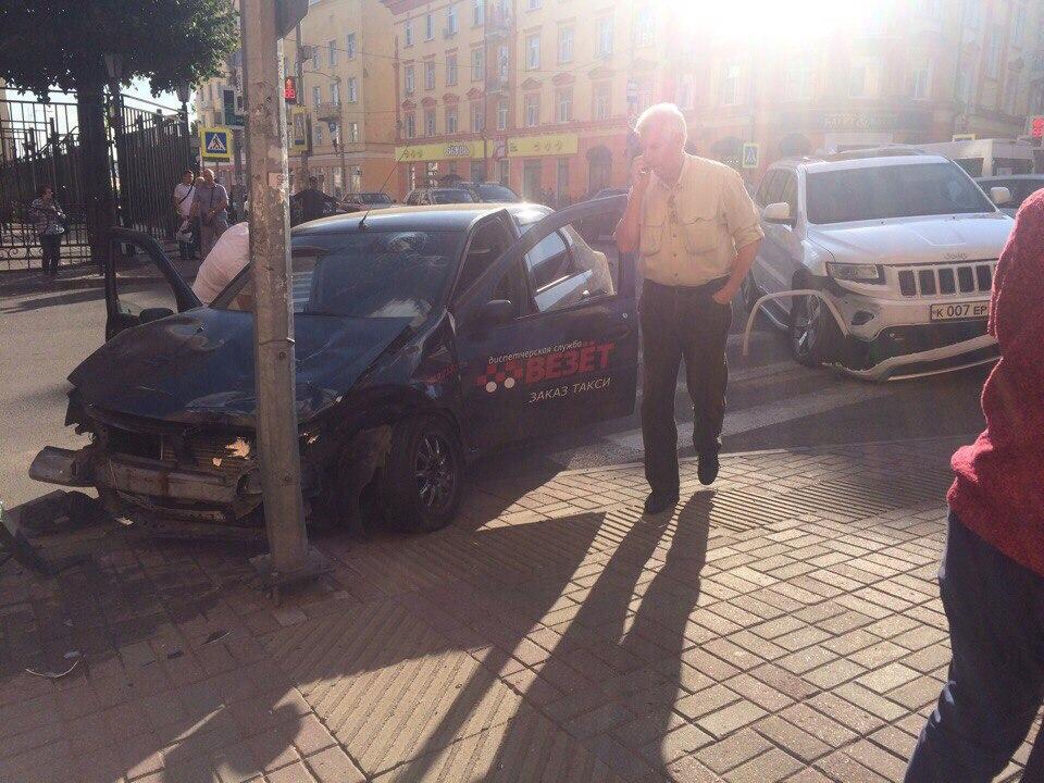 В Смоленске депутатский джип врезался в машину такси