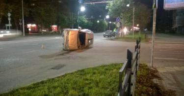 В Смоленске после ДТП иномарка «легла» на бок
