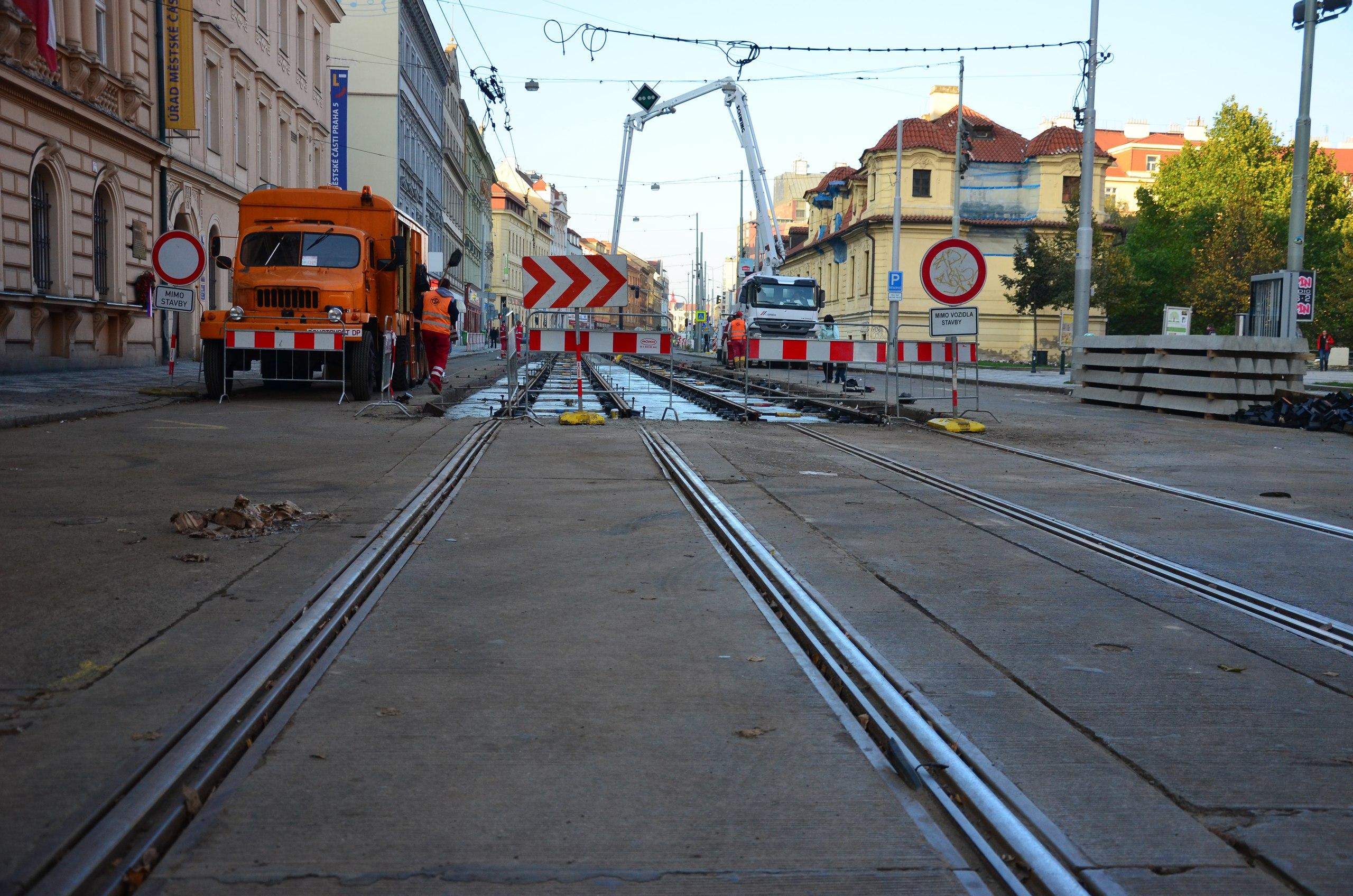 рисунок 10. Прага (Чехия). Замена плит на монолитное бетонное основание (28.10.14)