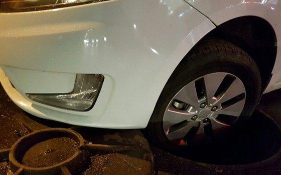 В Смоленске машина попала колесом в люк