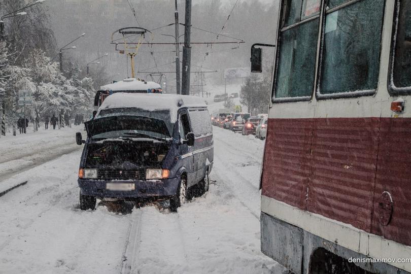 Выпавший ночью снег вызвал транспортный коллапс в Смоленске