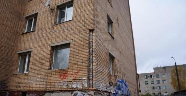Дом рядом с хлебокомбинатом в Смоленске разваливается