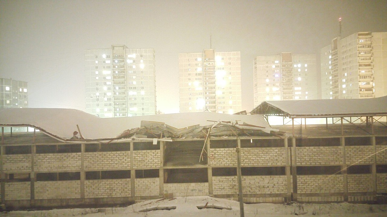 ярцево. снег. обрушилась крыша