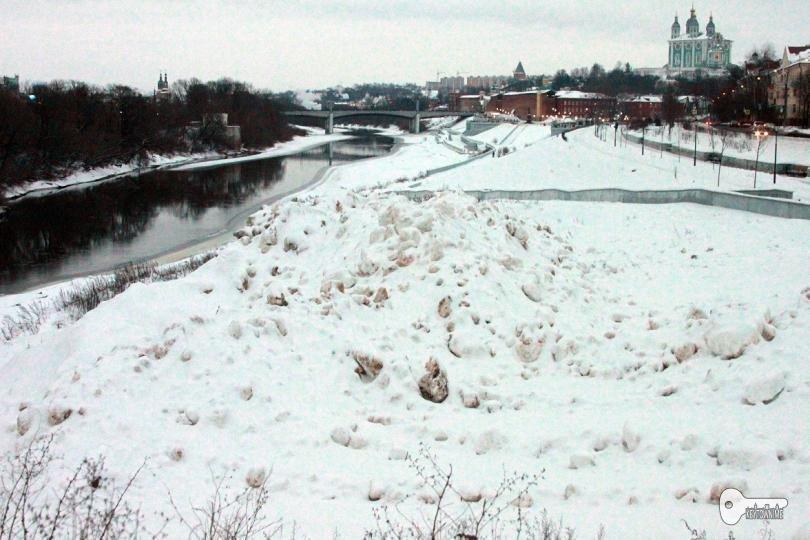 В Смоленске снег из города свозят на набережную