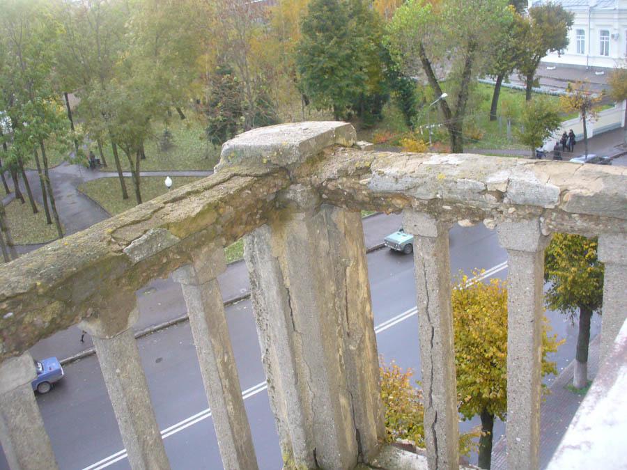 Или вот такими: аварийное состояние ограждающих конструкций балконов
