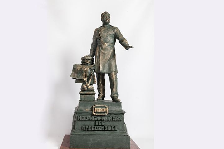 памятник Пржевальскому в Смоленске