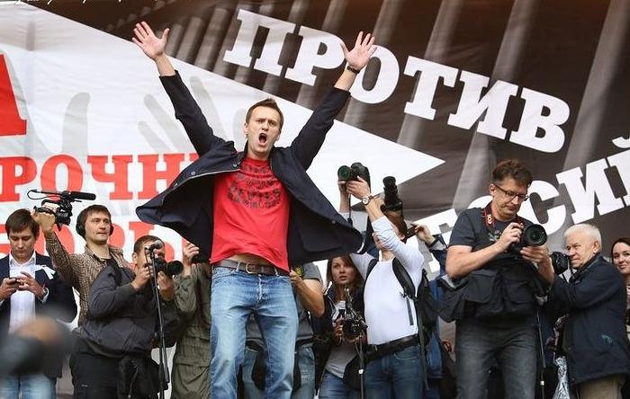 Навальный привез намитинг вСмоленске несколько приверженцев из столицы