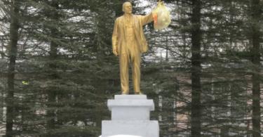памятник Ленину с мусором в Ярцево