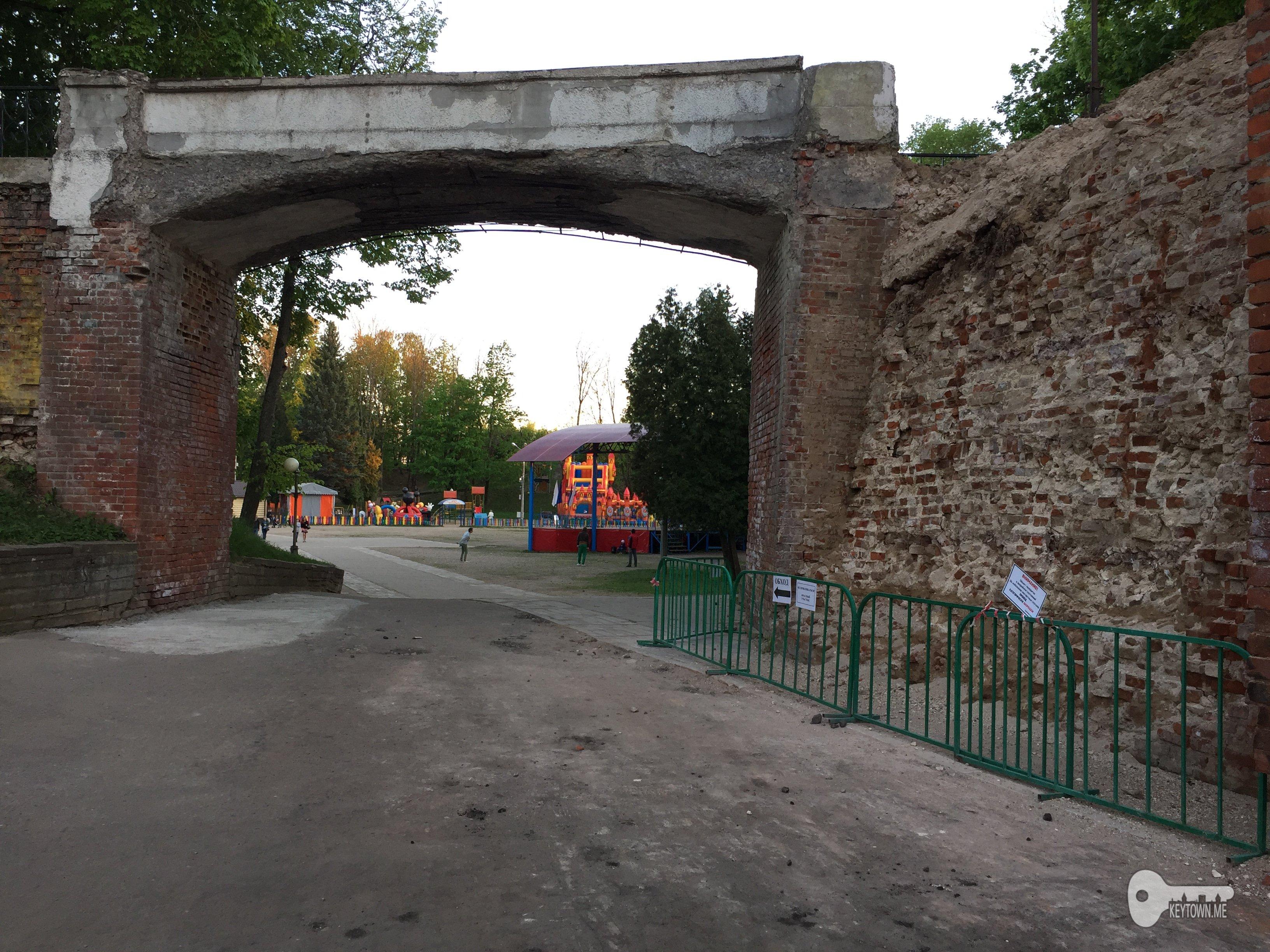 разрушенная крепостная стена